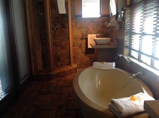 Waterside Lodge B&B, Wilderness: The Sunbird Suite has both Bath Tub and Shower room.