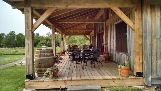 Harris, มิชิแกน: Front porch seating at the Vinsted (tasting room)
