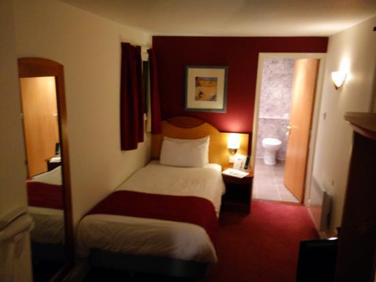 Letto 2 camera stretta e lunga picture of days hotel for Camera letto stretta e lunga