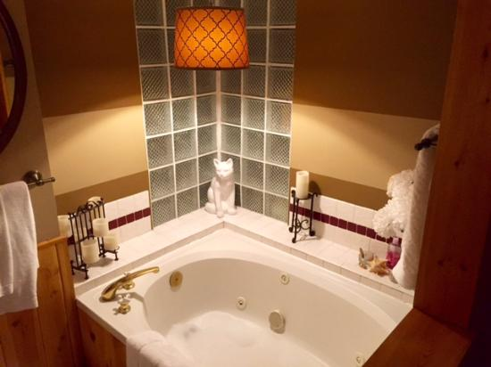 Barbara's B&B: inviting bathroom with large/jetted tub and separate shower
