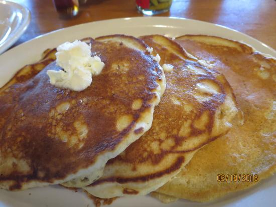 Cracker Barrel Old Country Store: Cold pancakes and syrup arrived later