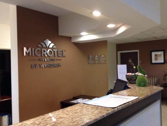 Microtel Inn & Suites by Wyndham Eagle Pass : Front desk
