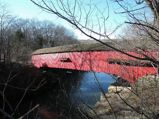 Narrows Bridge, 川に橋の鮮やかな赤色が映り込んでいました