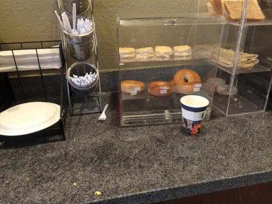 Best Western Palace Inn & Suites: Limited Items and not kept clean
