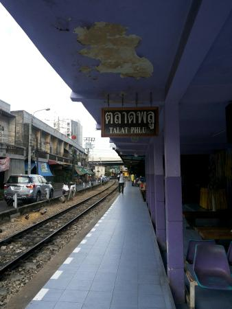 Talat Phlu Train Station