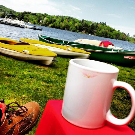 Gauthier's Saranac Lake Inn and Hotel: Outside sitting overlooking lake and docking of kayaks
