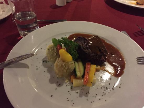 Sabah Hotel: steak avec une purée de patate douce (bon)