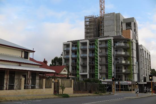 Baileys Serviced Apartments: Apartment View From The Street