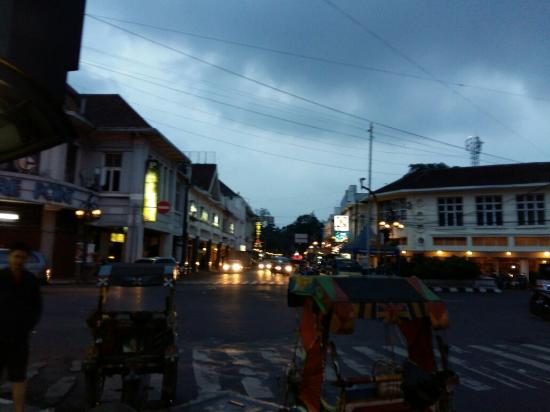 jalan braga bersih dan sejuk picture of braga street bandung rh tripadvisor ie