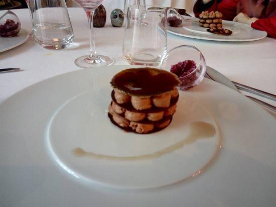Burlats, ฝรั่งเศส: Chocolat cluizel en mille feuille et sa reduction de cachou