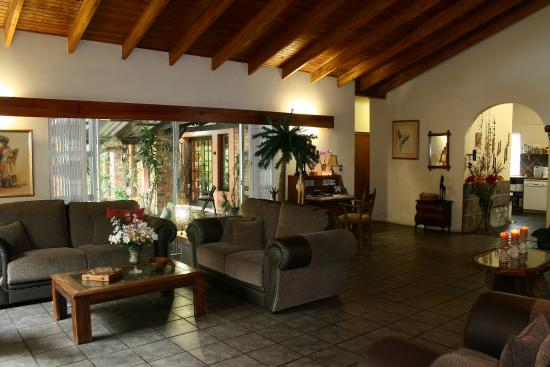 Maputaland Guest House: Lounge and Entrance