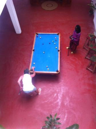 Kilima Kidogo Bar & Restaurant: It's not everyday that we can play pool with a Masai!