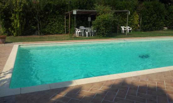 Agriturismo Il Civilesco : La piscina all'interno del'agriturismo