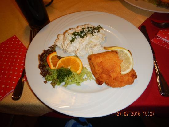 Hotel am Kuhbogen: Kylling gordon bleu med kartoffelsalat