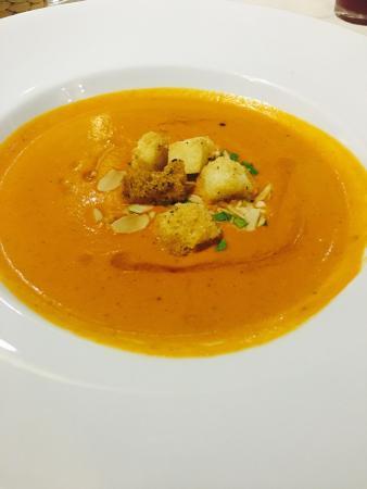 最喜歡的是 洋蔥湯 跟 頭盤 鵝肝配焦糖蘋果&芒果 。 鱈魚很嫩 好好吃!
