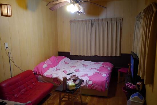 Lalashan Happy Farm: 床有電毯,但床不好睡....