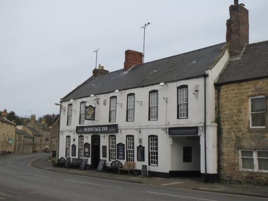 Warkworth, UK: Hermitage Inn from Castle Street