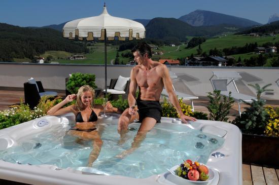 Hotel Castel Oswald von Wolkenstein: idromassaggio sul terrazzo del Castel