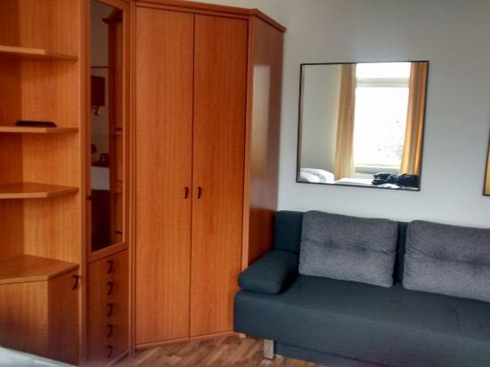 Apartments Duval: Placard (junto a la cama)