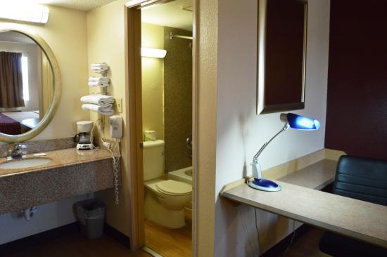 Red Roof Inn San Antonio - Lackland: Guest Bath