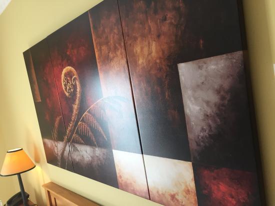 Hamurana Lodge: print above the bed