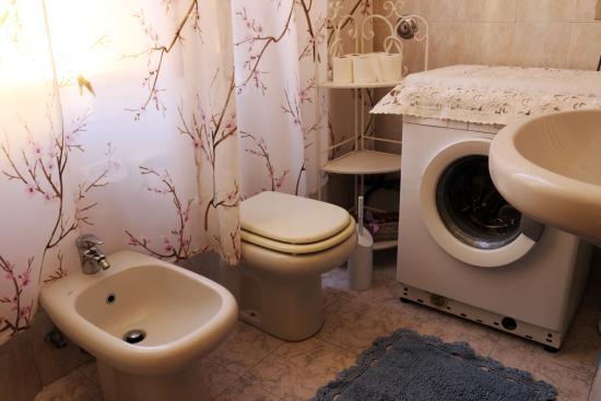 Bagno 1 - sanitari e lavatrice - Foto di B&B San Vitale, Bologna ...