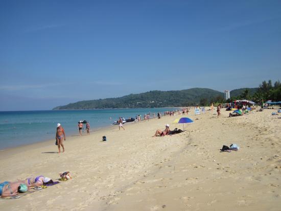 Karon View Resort : Чудесный пляж Карон с музыкальным песком.