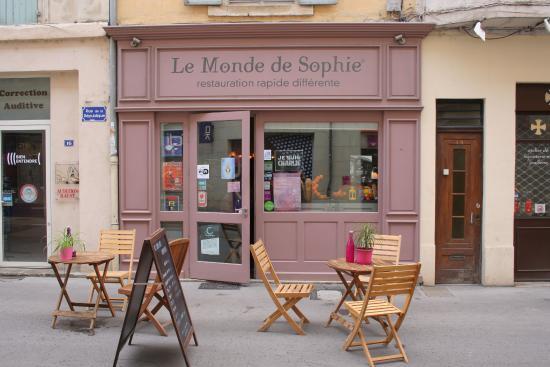 Le Monde de Sophie : L'ingresso della brasserie