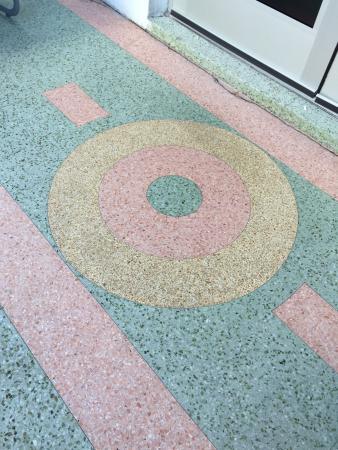 سنشري هوتل: Beautiful art deco tiles right at the front entrance There is a small sitting area there with ch