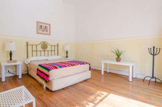 Casa San Ildefonso Hostal: Queen room with private bathroom :)