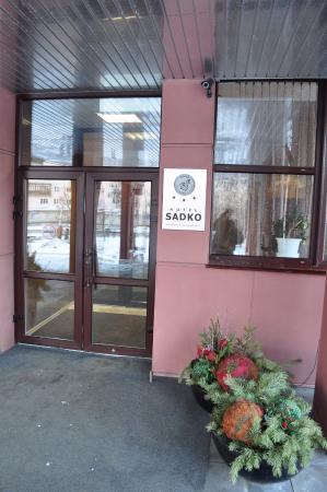 Sadko Hotel: Добро пожаловать в гостиницу - вход.