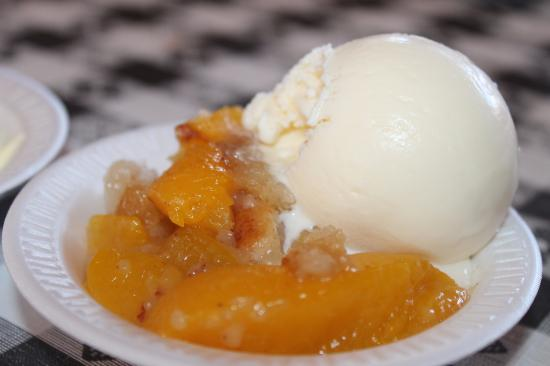 Latta, Carolina del Sur: peach cobber with vanilla ice-crea