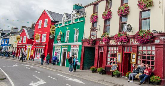 Dingle Bay Hotel: The bright red hotel and Pub is the Dingle Bay Hotel