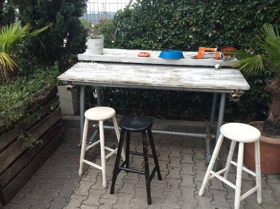 Un tavolo fatto con un legnaccio e sgabelli di legno foto di mix