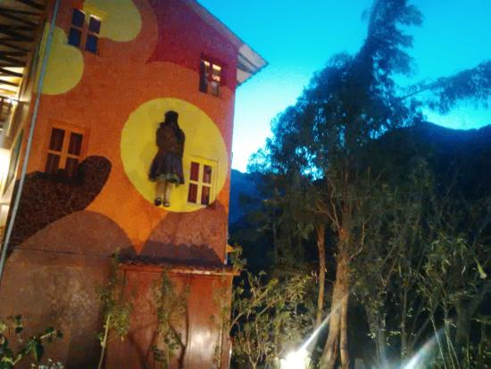 Mama Simona Hostel: Foto del jardín al costado del río en Mamá Simona de Ollantaytambo
