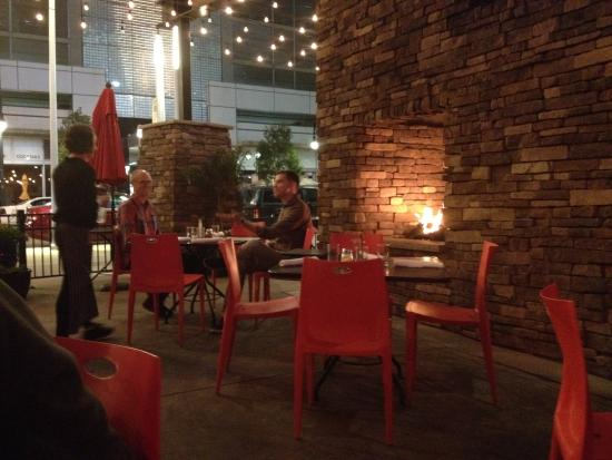 Pizza Republica: Fire place outside!