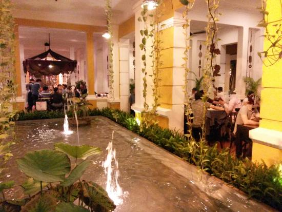 Magnifique Patio Avec Fontaine Picture Of Nha Hang Ngon Ho Chi