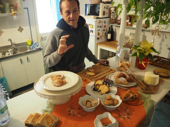 Bed and breakfast Terrazzo di Venere : Breakfast chatting to Giovanni