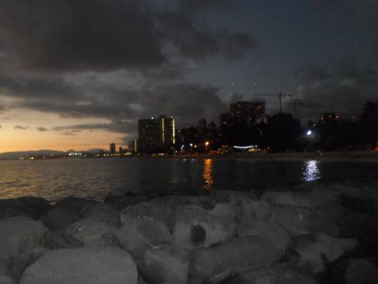 Polynesian Plaza: 5mins from the hotel on the beach.. you can watch the sunset and Waikiki