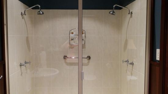 Sealords: Double bathroom with great water pressure when both used at the same time
