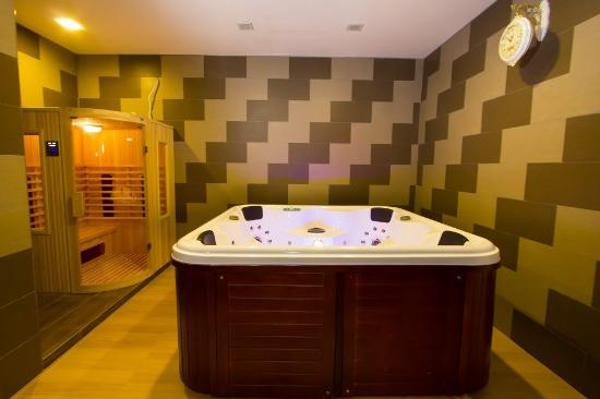 Exceptional 888 Boutique Hotel: Jacuzzi