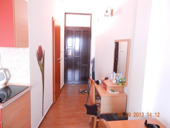 Przno, Montenegro: Прихожая в студии.... слева дверь в ванную и кухня