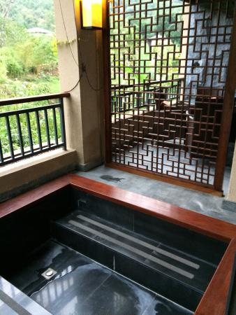 Baoting County, Cina: Hot spring resorts within forest