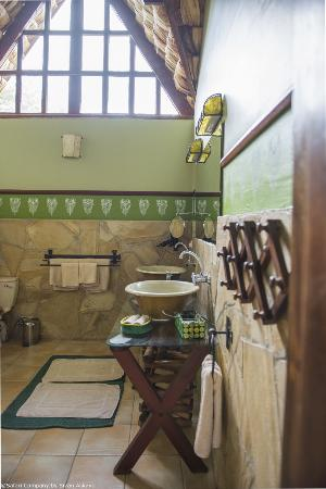 Hatari Lodge: Bathrooms of the green room