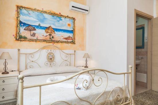 camera da letto arancio - Picture of B&B La Porta Sulla Costa, San ...