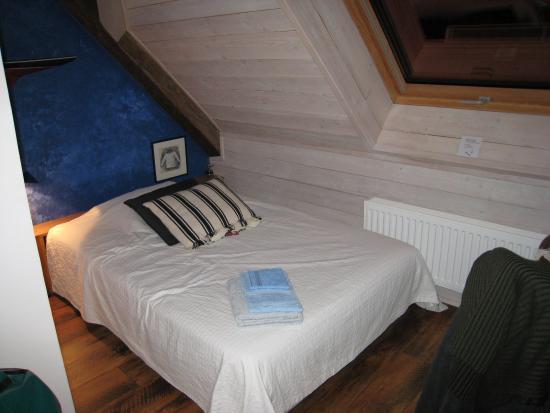 La Maison de Martine: arrivée dans la chambre. L'un des deux lits.