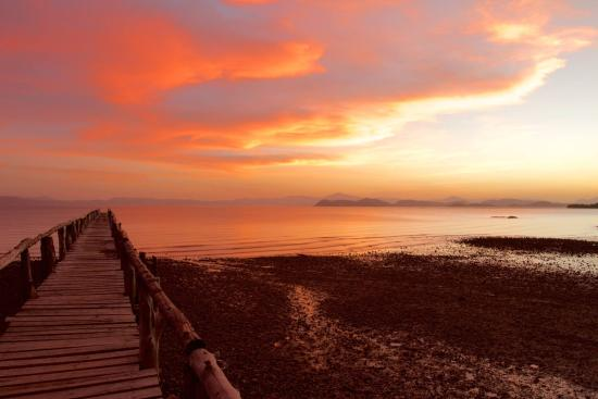 La Ensenada Lodge: 30 seconds walk from the room is this wonderful pier with these mega sunsets every day