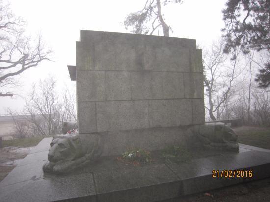 Horsky Park: Недалеко от парка есть такой памятник. Найдите его после остановки - и идите вдоль дороги до пар