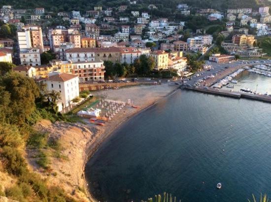 Panorama della costa e del porto di Agropoli visti da una terrazza ...