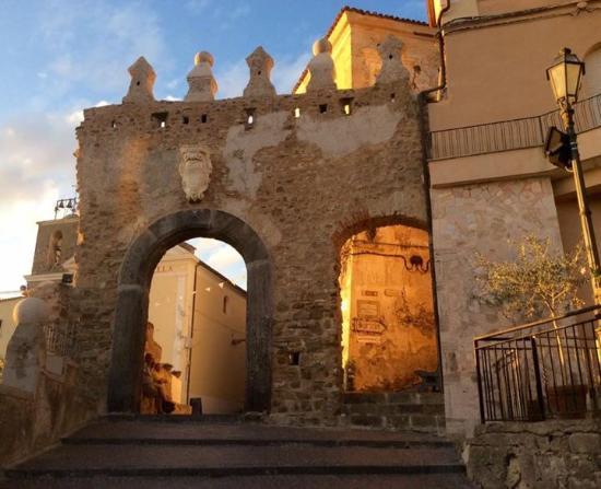La porta seicentesca sormontata da cinque merli ingresso for La porta media